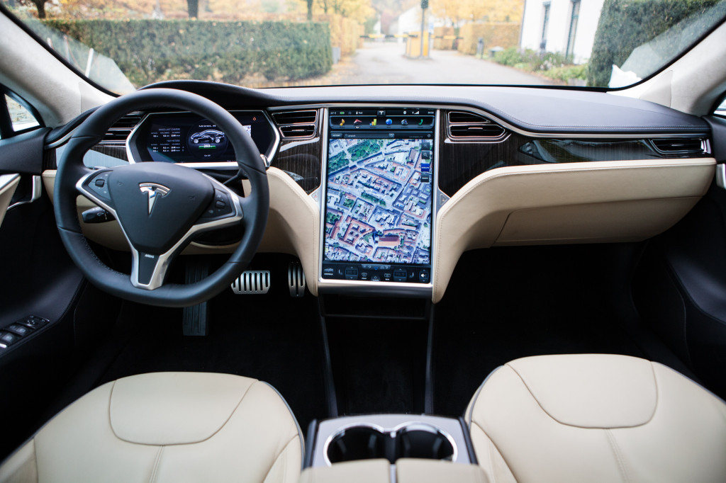 Tesla Model S dashboard: 2 buttons and one 17 inch screen